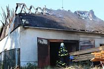 Hasiči zasahují u požáru dřevovýroby v Bystročicích