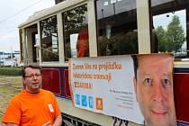Kandidát na primátora Antonín Staněk. ČSSD zahájila 1. září předvolební kampaň ke komunálním volbám v historické tramvaji na odstavné koleji u vlakového nádraží