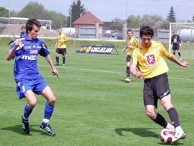 Olomoucký Marek Šichor (č. 8) a Martin Petrovský z FC Hradec Králové (s míčem).