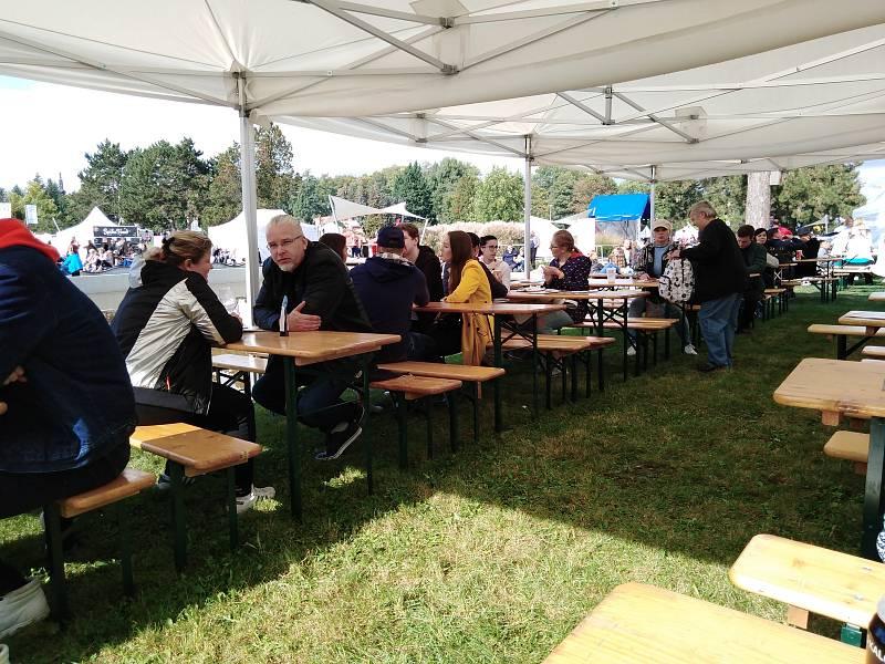 Někteří návštěvníci zakoupená jídla spořádali vsedě na travnatém vrška, někteří na lavičkách a mnoho jich využilo party stany s lavicemi a stoly.