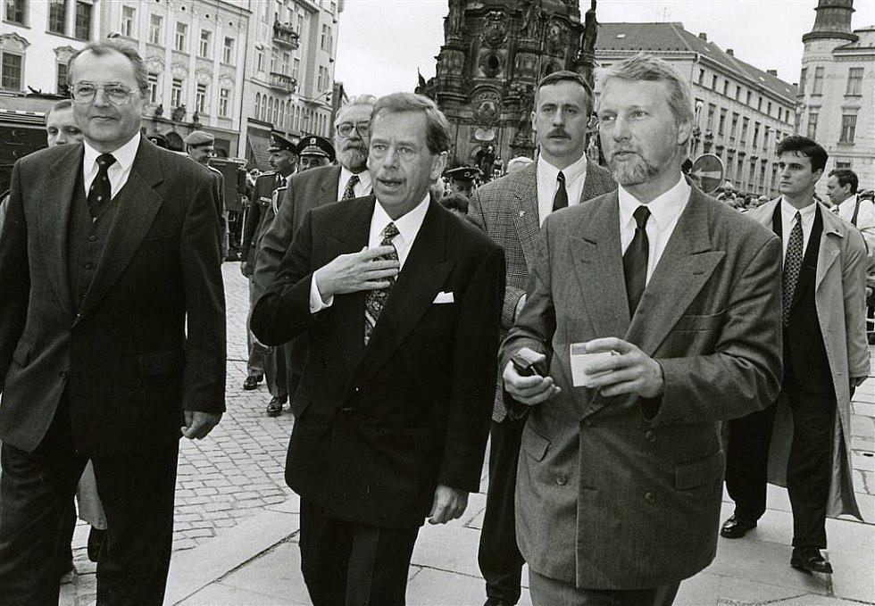4. května 1996, vojenská přísaha v Olomouci za účasti Václava Havla.  Vlevo tehdejší ministr obrany Vilém Holáň. Vedle prezidenta jde Ladislav Špaček, vpravo za jeho zády člen prezidentské ochranky Olomoučan Jiří Brada.