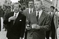 4. května 1996 při vojenská přísaze v Olomouci za účasti Václava Havla.  Vedle prezidenta jde Ladislav Špaček, za jeho zády Jiří Brada.