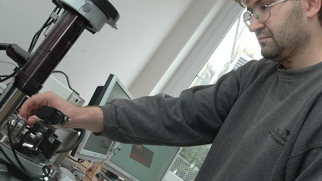 Milan Vůjtek a mikroskop atomárních sil.