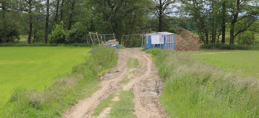 Stavba nové lávky přes říčku Sitku u Chomoutova, konec května 2021
