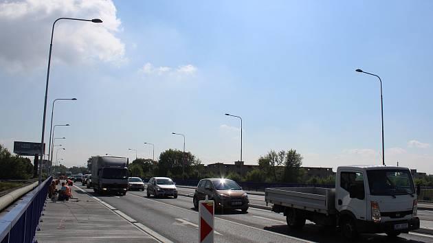 Most na Velkomoravské ulici v Olomouci je po více než roce kompletně průjezdný. Dělníci dokončili opravu jeho pravé poloviny v neděli večer.