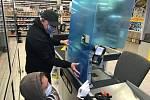 Instalace ochranného plexiskla u pokladny v jednom z olomouckých supermarketů