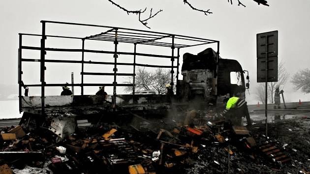 Požár náklaďáku na kruhovém objezdu poblíž Hamerské ulice v Olomouci