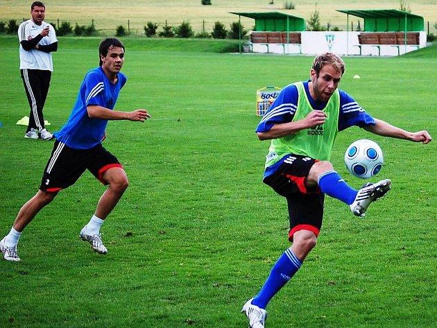 Zleva: Trenér Zdeněk Psotka, Richard Jičínský a Michal Hubník s míčem