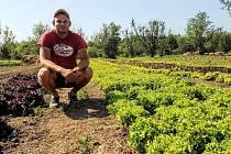 Pěstitel Petr Gola a zahrada projektu Ze-za-hrátky uprostřed in-line stezky Hejčínské louky v Olomouci