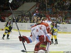 Olomoučtí hokejisté (v bílém) porazili Litvínov 7:1. Na snímku Marek Laš.