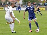 Aleš Krč (v modrém) v zápasem proti prvoligovému Slovácku.