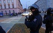 Fanoušci Baníku míří za dohledu policie k Androvu stadionu