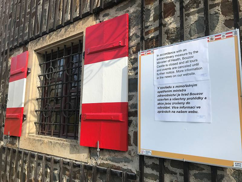 Vedení NPÚ již v úterý 10. března rozhodlo o uzavření všech památkových objektů s celoročním provozem a o odložení zahájení hlavní návštěvnické sezony na neurčito.Na Bouzově rozhodně nezahálí, ale začali šít roušky. Zásobují jimi hasiče, prodavačky či sen