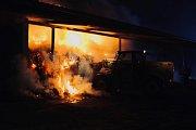 Fotografie z průběhu hašení požáru slámy ve Štarnově v noci z pátku na sobotu.