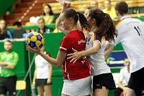 Česká korfbalová reprezentace (v červeném) se na olomouckém ME do 21 let utkala s Německem