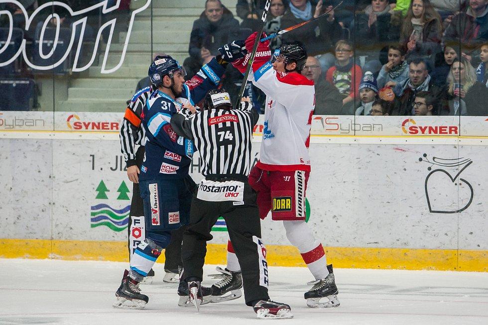 Bílí Tygři Liberec proti HC Olomouc. Vlevo je Dominik Lakatoš.