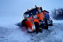 Sněžení způsobuje na Olomoucku problémy, hasiči musejí vyjíždět k desítkám nehod. Ve sněhových závějích končily i posypové vozy.