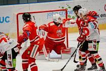 Hokejisté Mory (v červeném) hostili v zápase 29. kola extraligy Pardubice.