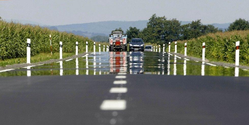 Opravená silnice mezi Chomoutovem a Pňovicemi už zase slouží motoristům.