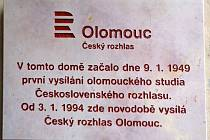 Odhalení pamětní desky na budově Českého rozhlasu Olomouc na Horním náměstí