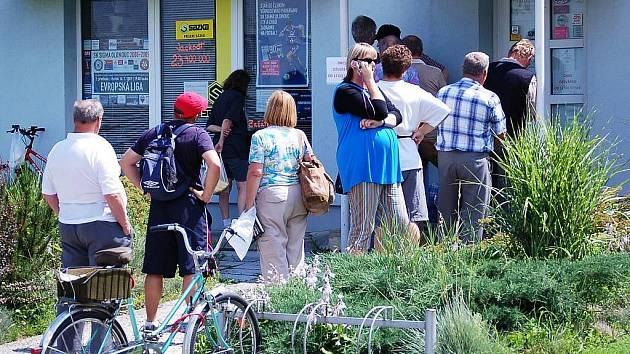 Čekání na lístky před fanshopem Sigmy