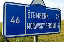Směrovka na hlavním tahu z Opavy na Olomouc po silnici I/46. Snímek z 9. listopadu 2014