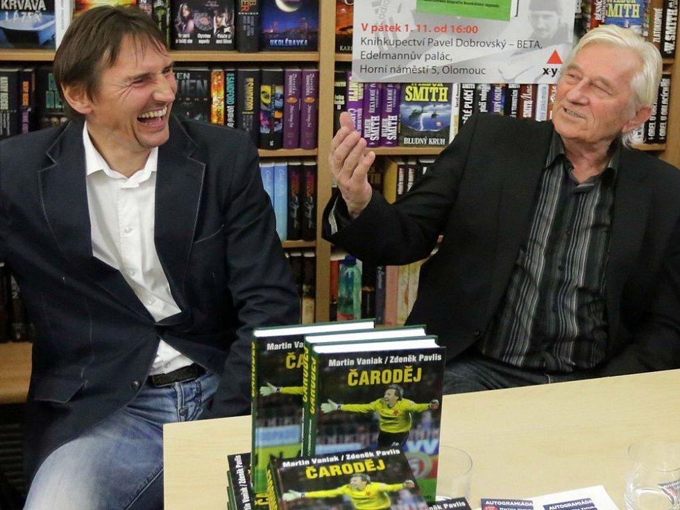 listopad 2013. Martin Vaniak a Karel Brückner na autogramiádě v olomouckém knihkupectví