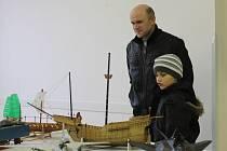 Stavitelé modelů letadel, vojenské techniky, figurek či historických lodí se v sobotu sešli na Výstavě plastikových modelů v kině v Uničově.