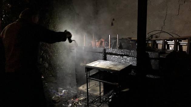 Přístavek u rodinného domu v Babicích nedaleko Šternberka začal hořet od plastové popelnice, ve které byl žhnoucí popel.