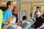 David Koribský (v modrém tričku). Pokus o český rekord ve 24 hodinovém běhu v olomouckém OMEGA centru