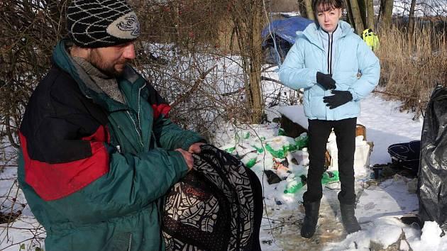 """Jirka a Katka """"kempují"""" v zimě u Klášterního Hradiska v Olomouci"""