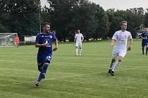 Fotbalisté Medlova (v bílém) si poradili s Lutínem 2:0.