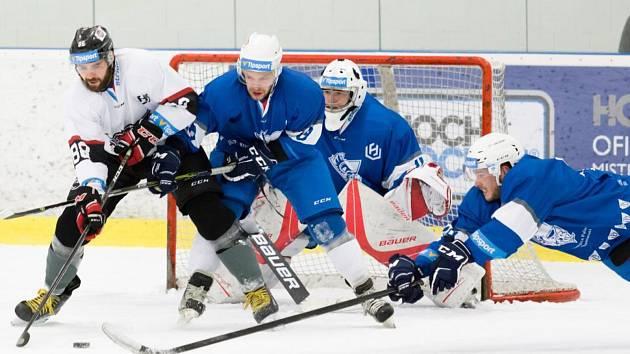 Hokejisté Univerzity Palackého (v modrém) zvítězili na ledě Českých Budějovic 6:2.