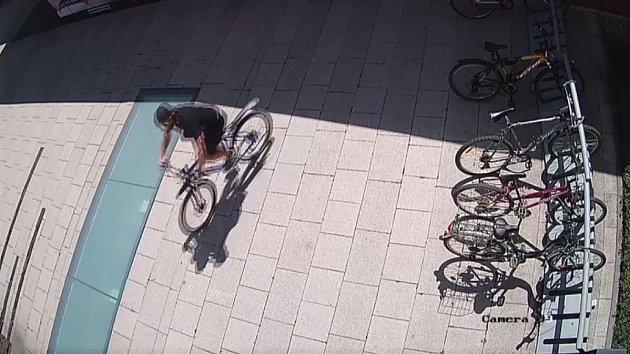 Muž podezřelý z krádeže jízdních kol Legionářské ulici v Olomouci