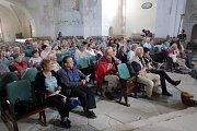 Mše pro rodáky ze sudetských vesnic na Libavé sloužená v němčině v kostele ve Staré Vodě