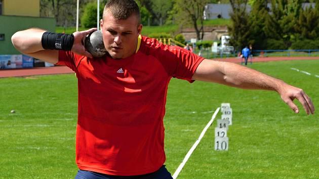 Martin Novák z AK Olomouc výkonem 19,56 metru vybojoval ve vrhu koulí stříbrnou medaili na mistrovství ČR.