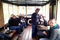 Kapitán Ololodi Šimon Pelikán servíruje občerstvení při adventní punčové plavbě na řece Moravě v Olomouci