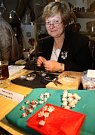 Oživlá řemesla v litovelském muzeu - Marie Mazánková vyrábí šperky z rybích šupin