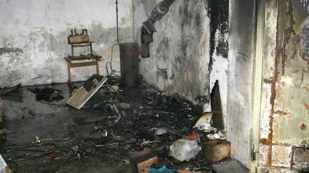 Následky požáru v dílně v Lutíně