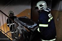 Hasiči zasahují u požáru v panelovém domě v Uničově