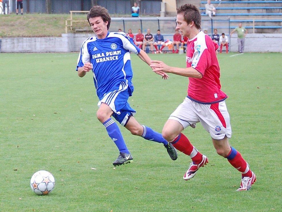 Záložník SK Sigma B Marek Šichor (vlevo) a Jan Urban z Brna.