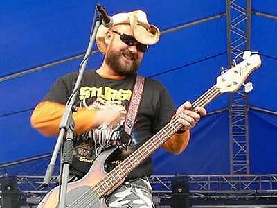 Marek Ošťádal jako baskytarista kapely Stracené ráj