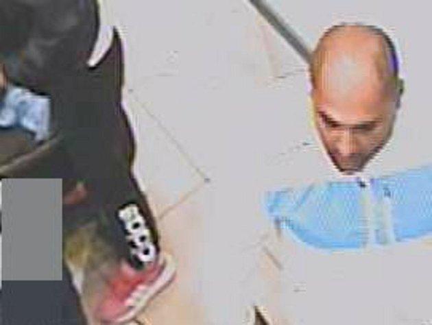 V nákupním centru ukradl kabelku. Nepoznáte jej?