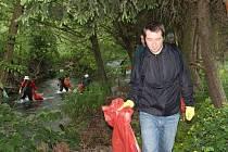 Na každoroční očistu řeky Bystřice dnes vyrazila asi čtyřicítka dobrovolníků.