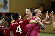 Zora (v tmavém) prohrála se Slavií první zápas o bronz 27:28. Lucie Satrapová se raduje se spoluhráčkami