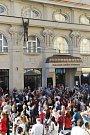 Slavnostní představení sochy Davida Černého Lupič před Muzeem umění v Denisově ulici. Bezprostředně po něm se před budovou muzea rozjel koncert kapely Garage