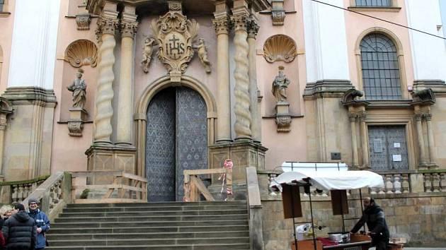 Chrám Panny Marie Sněžné má opravené schodiště