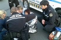 Olomoučtí strážníci pomáhají sražené cyklistce ve Foerstrově ulici