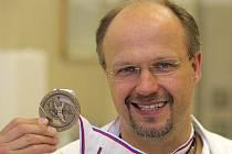 Olomoucký ortoped a lékař hokejové reprezentace Radomír Holibka s bronzovou medailí z MS