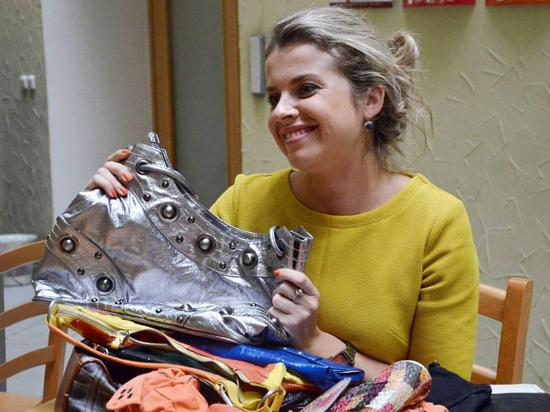 Módní stříbrnou kabelku věnovala do letošního Kabelkového veletrhu Deníku moderátorka a herečka Moravského divadla Olomouc Vendula Fialová.